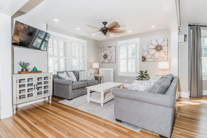 Adorable Stay Downtown! Parking/Patio/ Sleeps 10!