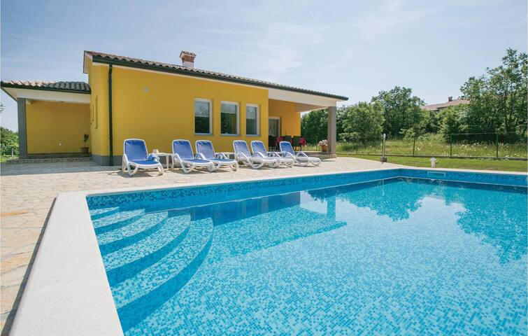 Holiday cottage with 3 bedrooms on 150 m² in Strmac