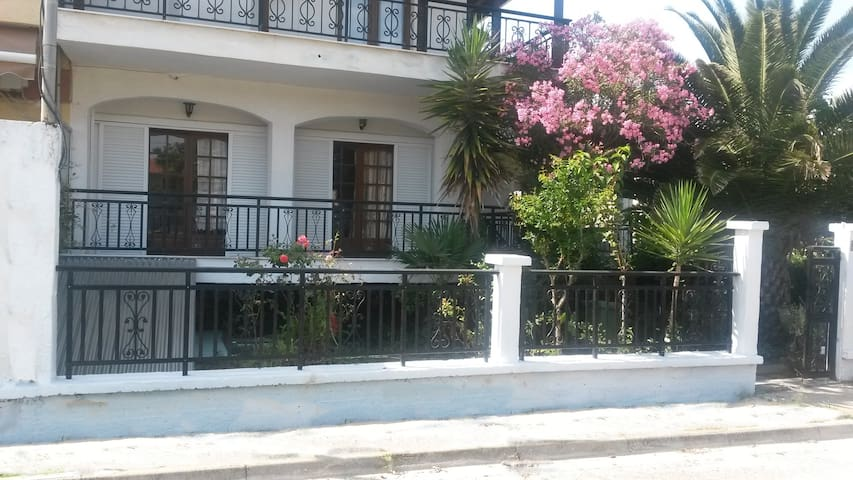 Appartment 80m from the beach, in the village - Ierissos - Casa