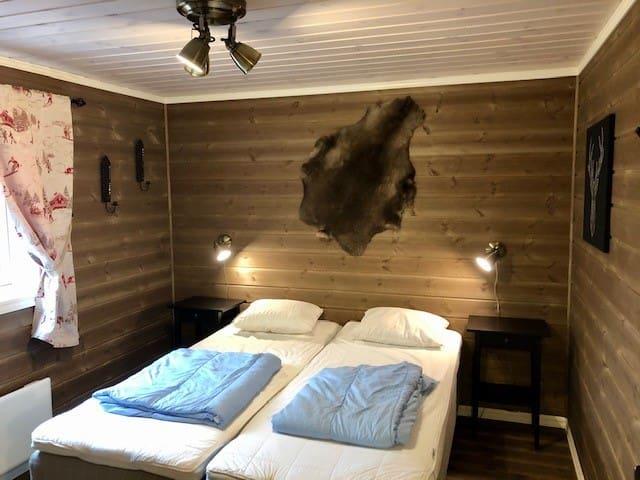 Sovrum 2 på bottenvåningen med 160 cm dubbelsäng