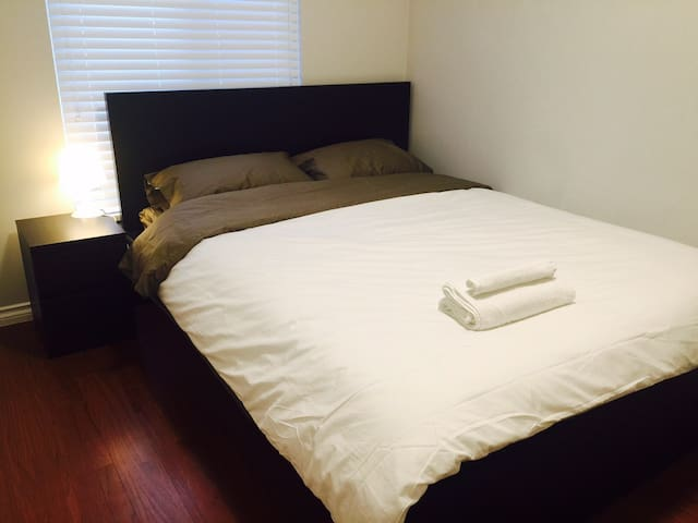 Cozy Private Bedroom Near Edmonds Skytrain (A) - Burnaby - Rumah