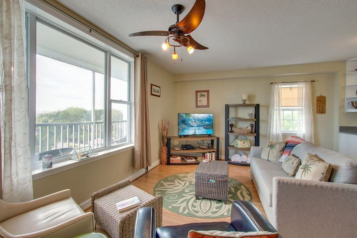 Third-floor condo with river views & community pool/dock - near the beach!