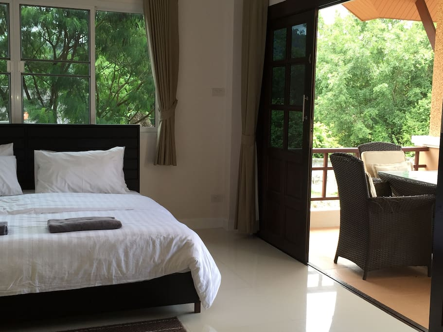 Master bedroom with a Kingsize bed, big balcony and a daybed.
