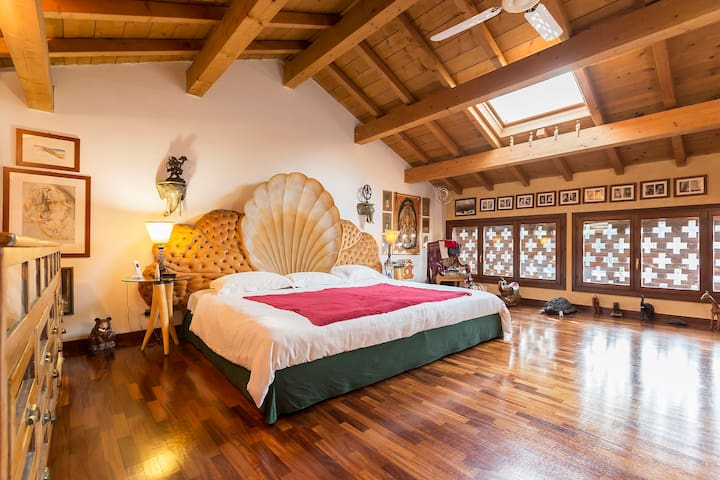 CHARMING SUITE KING SIZE BED with private bathroom