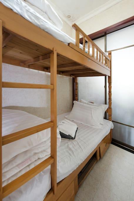这是双层床(上铺与下铺),可以住2个人。