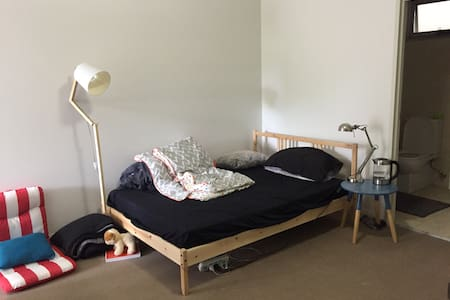 Cosy master room with double bed - Kogarah