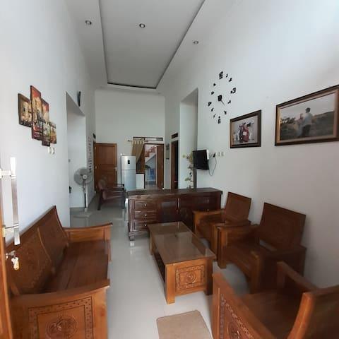 Ruang tamu dan ruang keluarga tersedia satu set sofa, bufet TV, LED TV, kipas angin.