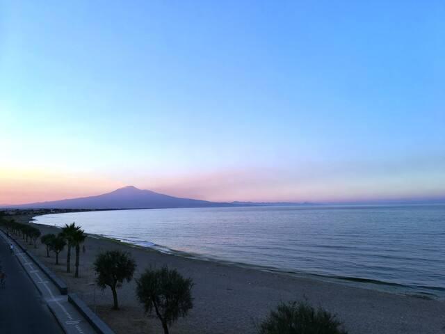 Tra la sabbia l'abbraccio dell'Etna