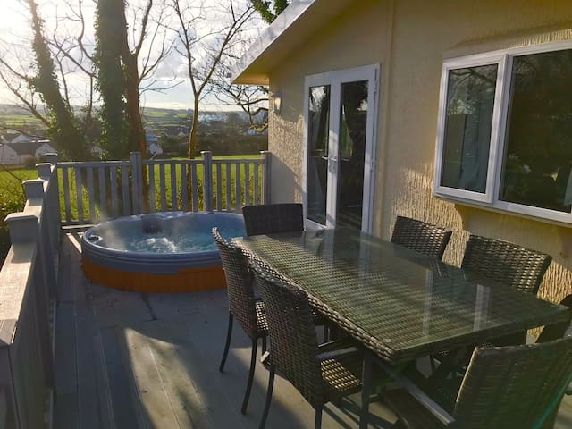 Detached 3 Bed lodge with private Hot Tub