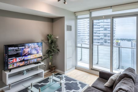 40th+ Floor Lake View Condo beside CN Tower