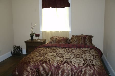 Quiet, Private Bedroom $30 Daily Rate - House
