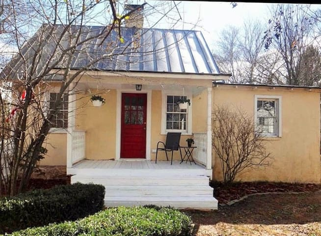 Adorable little cottage 1 mile from downtown