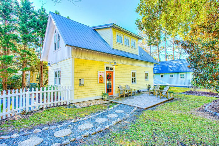 IC2 - Endless Summer Cottage * Pet Friendly * Charming Cottage within Walking Distance to Historic Downtown Manteo