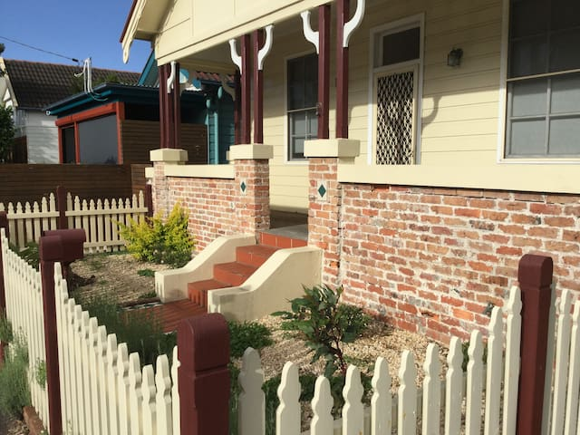 Great value!  3 bedroom house in perfect location - The Junction - House