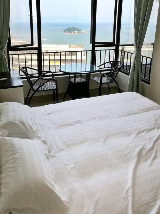 卧室一,无敌海景,舒适大床。