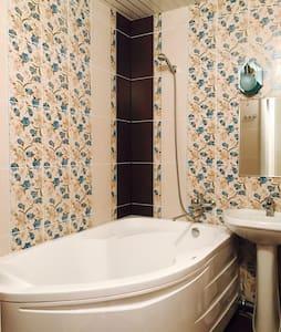 Горная 6а. Большая кровать и громадная ванная - Nizhnij Novgorod