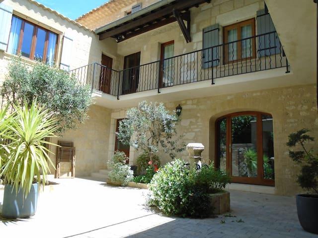 Maison en pierres - Jacuzzi - Proche Pont du Gard - Saint-Hilaire-d'Ozilhan - Rumah
