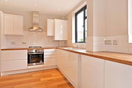3 Double Bedroom Home 30min from City Centre - Londres