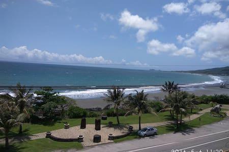 宜人海灣山海景民宿-一個擁有天然無敵海景,房間內即可以看海,也可以到獨立陽台觀浪聽海的民宿 - Chenggong Township