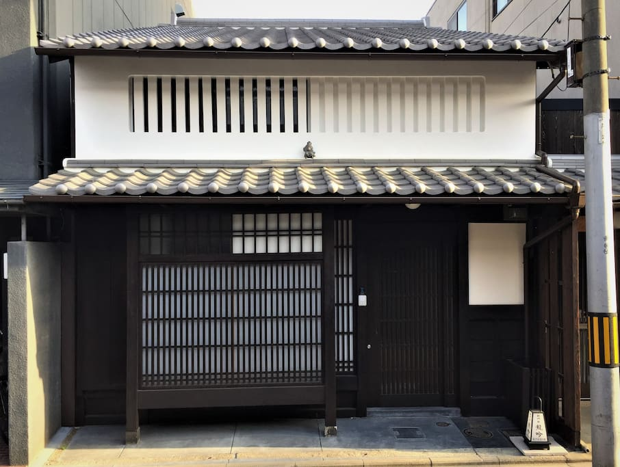 伝統的なデザインの玄関全景。