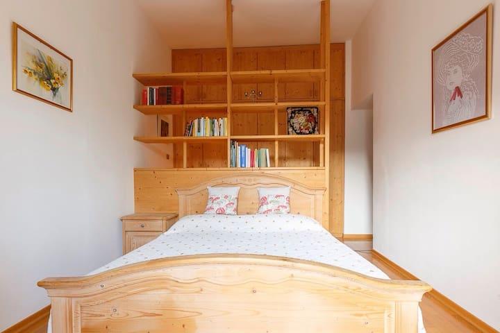 Camera da letto principale. Il letto è largo (e anche la camera) e la fotografia lo stringe un poco.