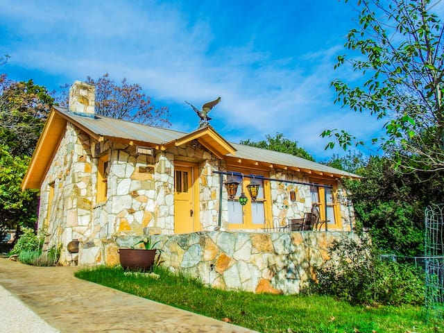 The Painter's Cabin - Artful Hill Country Getaway
