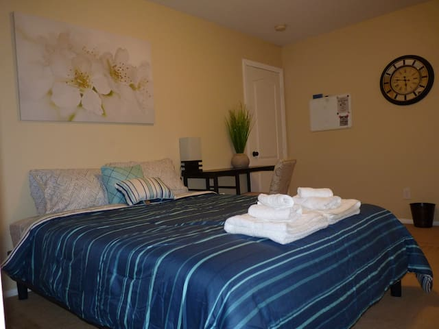 Private Bed and Bathroom, Dog-Friendly--SW LV! - Las Vegas - Hus