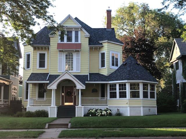 Morris House Apartment