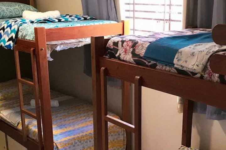 Cama em quarto compartilhado, acomoda só 1 pessoa.