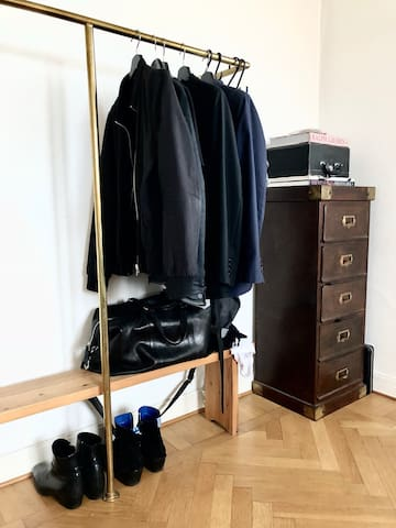 Sovrum 1. Enkel öppen garderob för din packning