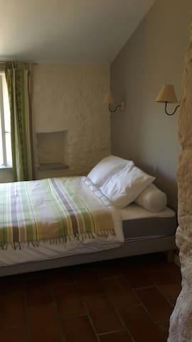 Chambre avec salle de bain douche vue sur la campagne