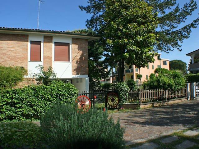 Villa singola con ampio giardino su 4 lati