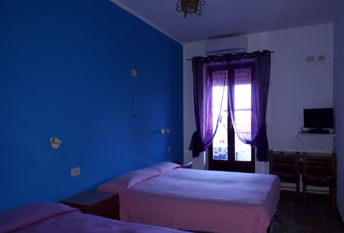 Camera azzurra per 3 persone