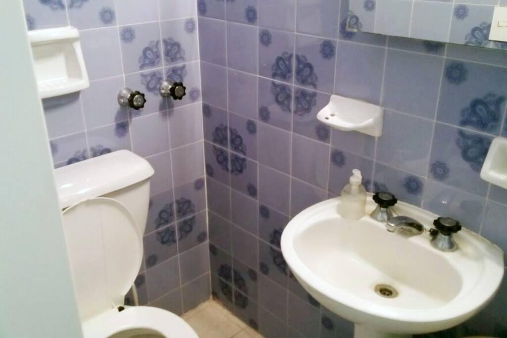 cuenta con dos baños! uno con ventilacion, luz natural y bañera, y otro toilette
