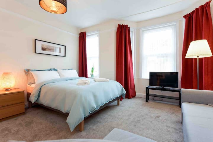Stylish Town Centre Studio - 5 Minutes from Beach