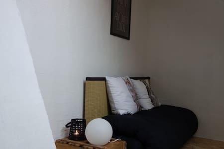 Cosy attic room in Augsburg (near Munich) - Huis