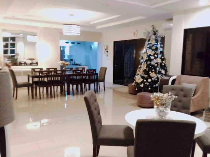 GUESTHouse-6 Bedrooms-5 Baths =12 Guests-WiFi-AC!