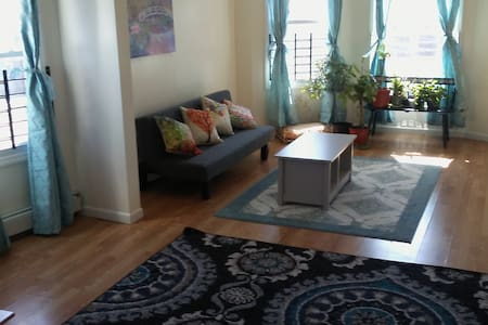 Large, Sunny 3 Bdrm Apartment for 8+ Close to NYC - ニューアーク - アパート