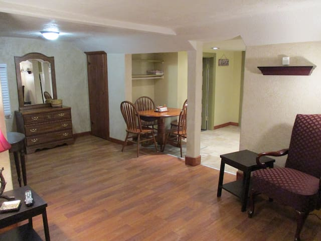 Cottage Near Downtown Newly Remodeled 1 BD/1 BA