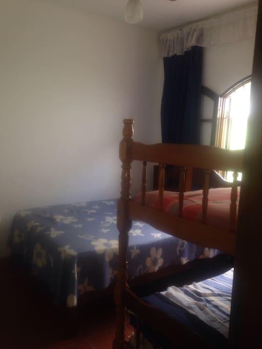 Beliche e cama de casal, ventilador no teto