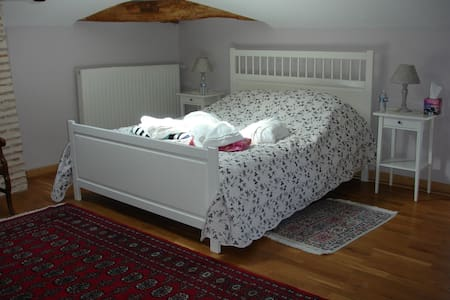 Large bedroom in charming house (2) - Castelmoron-sur-Lot - Bed & Breakfast