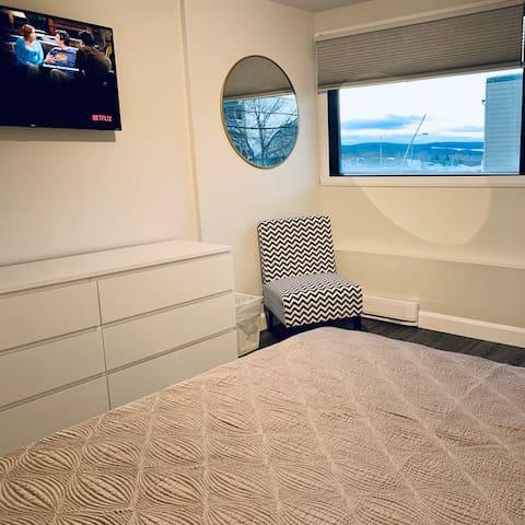 La grande chambre de l'appartement avec Balcon vous offre beaucoup de rangement.