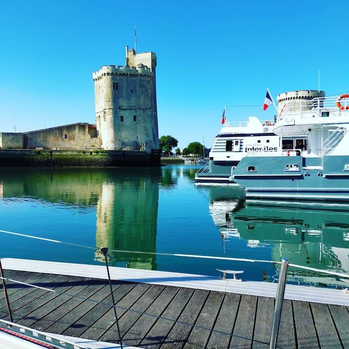 Voilier plein cœur du vieux port de la Rochelle