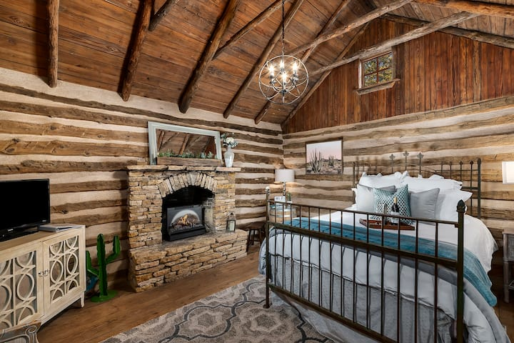 New! Cactus Log Cabin/Close to Downtown/Hot Tub!