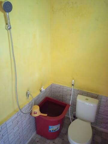 Kamar mandi pribadi yang di lengkapi dengan shower dan western toilet.