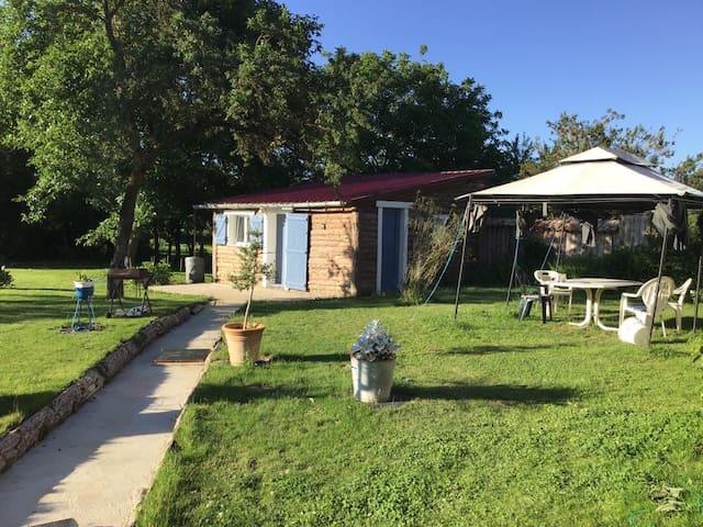 Maison dans le jardin avec petite terrasse