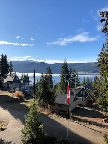 Perfect year round getaway in the North Shuswap !