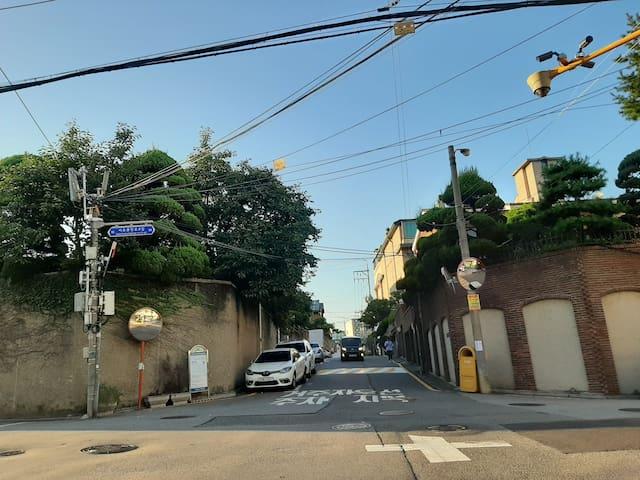동네 풍경입니다.  서초중앙로 8길 사거리입니다.  오른 쪽으로 두 번째 빌딩이 숙소가 있는 중산빌딩입니다.   참고로 사진에서 보이는대로 앞으로 직진하시면 서울교육대가 나옵니다.