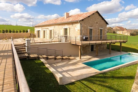 Rich Villa in Fouleix with Pool, Bar and Hot Tub