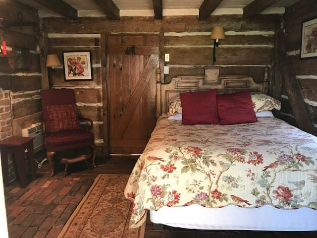 1699 Queen Cottage Room at Historic Inn
